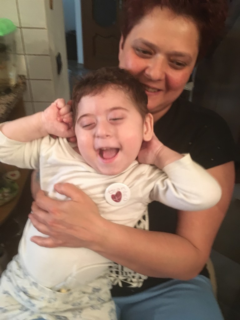 Un piccolo angelo affetto da due malattie genetiche rare, la sindrome di Angelman e la Ring 14, la cui combinazione insieme fa di lui un caso unico al mondo